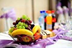 Bietende - Früchte auf Tabelle - Hochzeitseinstellung Lizenzfreies Stockbild