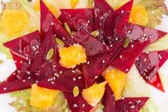 Bietensalade met sinaasappel en zaden royalty-vrije stock afbeeldingen