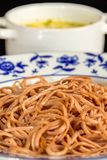 Bietenspaghetti met romige kaassaus in een kop Stock Fotografie