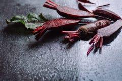 Bietola rossa del taglio fresco su un fondo scuro fotografie stock libere da diritti