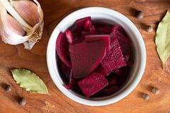 Bietola rossa fermentata in una ciotola, vista superiore Fotografia Stock Libera da Diritti