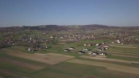 Biezdziadka, Pol?nia - 4 9 2019: Panorama de uma opini?o de olho de p?ssaro A Europa Central: A vila polonesa de Kolaczyce ? enco filme