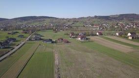 Biezdziadka, Polonia - 4 9 2019: Panorama da una vista di occhio dell'uccello L'Europa centrale: Il villaggio polacco di Kolaczyc archivi video