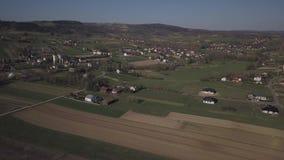Biezdziadka, Polonia - 4 9 2019: Panorama da una vista di occhio dell'uccello L'Europa centrale: Il villaggio polacco di Kolaczyc stock footage