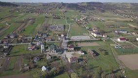 Biezdziadka, Polonia - 4 9 2019: Panorama de una opinión del ojo de pájaro Europa Central: El pueblo polaco de Kolaczyce se local almacen de metraje de vídeo