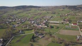 Biezdziadka, Polonia - 4 9 2019: Panorama de una opini?n del ojo de p?jaro Europa Central: El pueblo polaco de Kolaczyce se local almacen de video