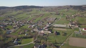 Biezdziadka, Polska - 4 9 2019: Panorama od ptaka oka widoku ?rodkowy Europa: Polska wioska Kolaczyce lokalizuje w?r?d zbiory