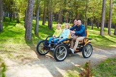 Bifallfamilj i cykelbil royaltyfri fotografi