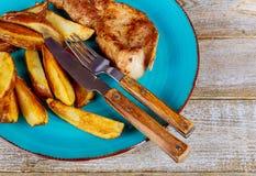 Bife, batata das microplaquetas com close-up das batatas fritas em uma placa em uma tabela horizontal Imagem de Stock Royalty Free