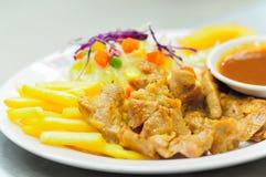 Bife, batatas fritas e vegetais grelhados, salada Imagens de Stock Royalty Free