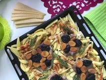 Bife com ameixas secas e os abricós secados sob o queijo Para cozer no forno com batatas Especiarias e alecrins adicionados Fotos de Stock Royalty Free