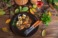 Bife com bolinhas de massa da batata e molho de cogumelo da floresta Imagem de Stock Royalty Free