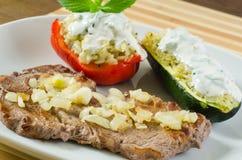 Bife com cebola fritada e os vegetais enchidos Fotografia de Stock Royalty Free
