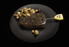 Bife com cogumelos em uma placa imagens de stock