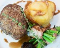 Bife com feijões e batatas Fotografia de Stock