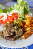 Bife com molho, batatas fritas e salada de pimenta em Luang Prabang, Laos imagens de stock royalty free