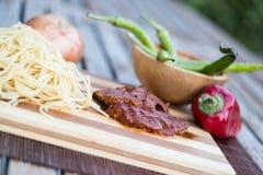 Bife com molho de tomate, sphagetti e vegetais fotos de stock