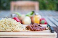 Bife com molho de tomate, sphagetti e vegetais foto de stock