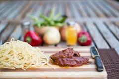 Bife com molho de tomate, sphagetti e vegetais imagens de stock