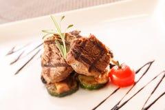 Bife com vegetais Fotos de Stock Royalty Free
