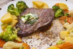 Bife com vegetais Imagens de Stock
