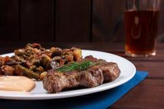 Bife com vegetais Foto de Stock