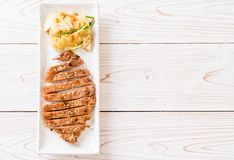 bife cortado grelhado da carne de porco com vegetal foto de stock royalty free