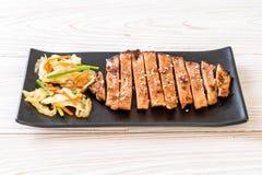 bife cortado grelhado da carne de porco com vegetal imagens de stock