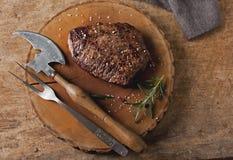 Bife cozinhado da grade com batatas e os tomates fritados fotos de stock