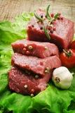 Bife cru com alface verde Fotos de Stock