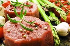 Bife cru com aspargo verde Foto de Stock