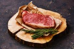 Bife cru da carne fresca no bloco de carniceiro Fotos de Stock Royalty Free