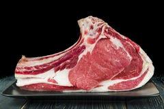 Bife cru da vitela em um fundo preto imagens de stock royalty free