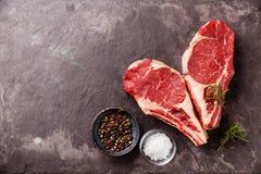 Bife cru de Ribeye da carne fresca da forma do coração fotos de stock royalty free