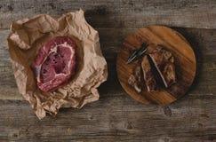 Bife cru e grelhado fotografia de stock