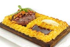Bife da carne cercado com o bolo de batatas trituradas Fotos de Stock