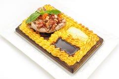 Bife da carne cercado com o bolo de batatas trituradas Fotos de Stock Royalty Free