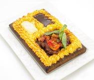 Bife da carne cercado com o bolo de batatas trituradas Imagem de Stock