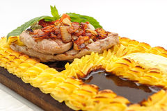 Bife da carne cercado com o bolo de batatas trituradas Fotografia de Stock