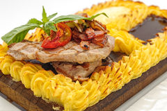 Bife da carne cercado com o bolo de batatas trituradas Imagem de Stock Royalty Free