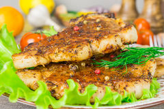 Bife da carne de porco com opinião dos tomates e do aneto de uma alface da forquilha Fundo cinzento do alimento na tabela de made Fotos de Stock