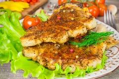 Bife da carne de porco com opinião dos tomates e do aneto de uma alface da forquilha Fundo cinzento do alimento na tabela de made Fotos de Stock Royalty Free