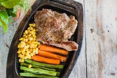 Bife da carne de porco com vegetal Milho, cenouras, feijões verdes, em de madeira Imagens de Stock