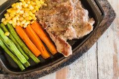 Bife da carne de porco com vegetal Milho, cenouras, feijões verdes, em de madeira Fotos de Stock Royalty Free
