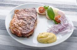 Bife da carne em uma placa Fotografia de Stock Royalty Free