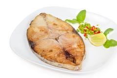 Bife da cavala de rei no fundo branco, peixe fritado fotografia de stock