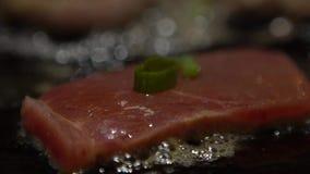 Bife da culinária do movimento lento Cozinheiro chefe Cook um bife cru da carne da vitela na grade video estoque