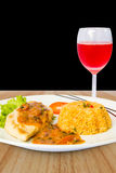 Bife da galinha com arroz fritado e vinho cor-de-rosa Imagens de Stock