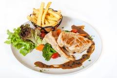 Bife da galinha com batatas fritas e vegetais Imagens de Stock Royalty Free