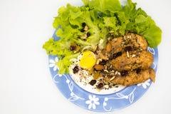 Bife da galinha com o ovo frito com cobertura do cereal fotografia de stock